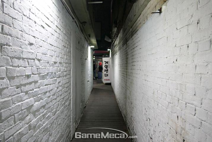 하얀 벽돌에 둘러싸인 좁은 통로를 따라 안으로 들어가면…