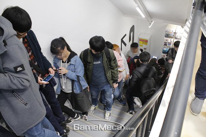 계단에도 입장을 기다리는 사람들로 넘쳐났다 (사진: 게임메카 촬영)