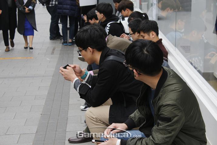 언제가 될지 모르는 입장 순서를 기다리며 앉아있는 방문객들 (사진: 게임메카 촬영)