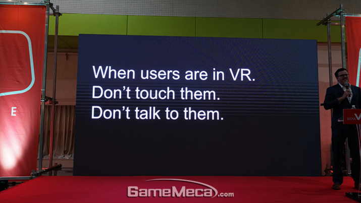 'VR 중인 이용자를 건드리지 말라'는 이스테스 (사진: 게임메카 촬영)