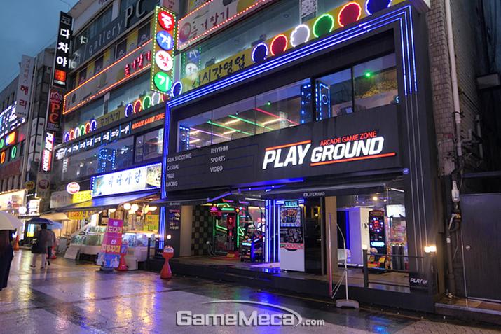 1층은 건물 절반만, 2층은 건물 전체를 사용하는 두 층으로 구성된 게임센터