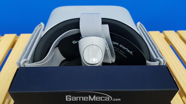 구성품은 헤드셋, 컨트롤러, 소모품 박스 등으로 간소하다