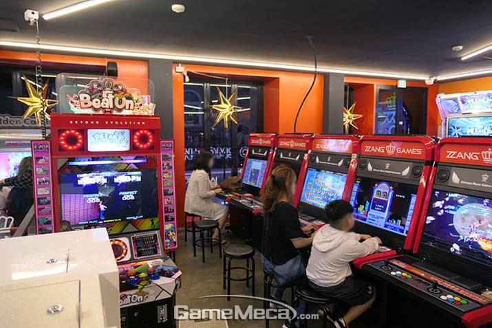 추억의 고전 스틱형 비디오게임이 몰려있는 3층 구역