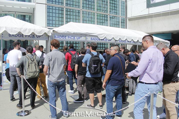 이른 아침부터 'E3 2018' 입장을 기다리는 미디어 관계자들. 일반 관람객 입장은 오후 2시부터다 (사진: 게임메카 촬영)