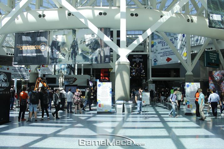 컨벤션센터 내부는 이미 게임으로 가득하다 (사진: 게임메카 촬영)