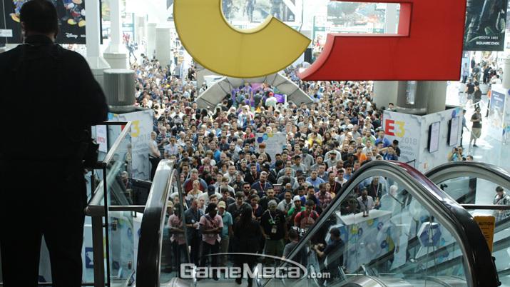 현지시각 오전 10시가 되자 수많은 인파가 몰려들었다. 다시 말하지만 일반 관람객 입장은 오후다