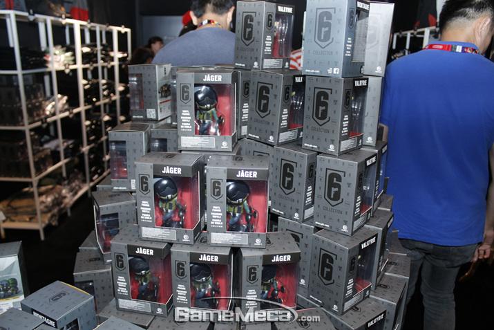 머천다이즈 코너에도 다양한 게임 관련 소품을 팔고 있었다