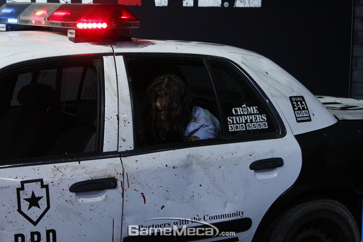 실제 좀비가 들어있는 경찰차가 사람들의 시선을 끌었다