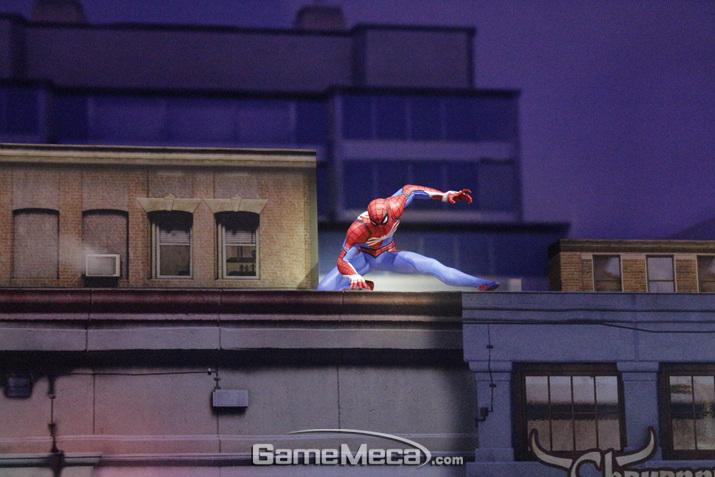 저 멀리 건물 옥상에는 스파이더맨이 똭