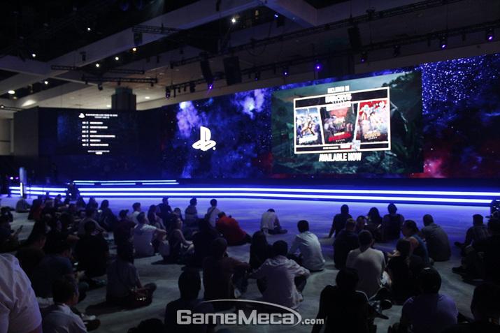 가운데 무대에서는 각종 영상이 나오고, 관객들이 뚫어지게 시청하고 있었다