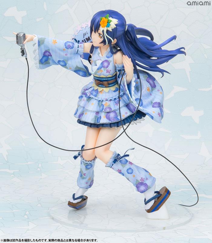 일본 전통복장을 어레인지한 복장. 마치 마이크를 들고 관객과 호응하는 듯한 포즈다 (사진출처: 아미아미 공식 홈페이지)