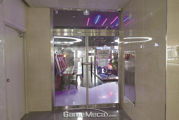 매장 바깥의 복도 계단과 엘리베이터를 이용하세요