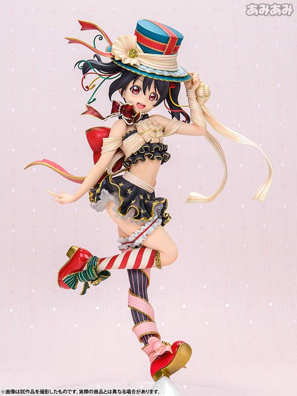 옷 장식들이 선물상자 끈으로 이루어진 모습이라 선물 콘셉트 느낌이다. (사진출처: 아미아미 공식 홈페이지)