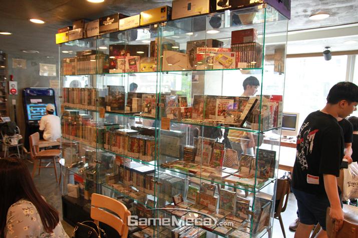 구매할 수 있는 제품이 전시된 진열장 (사진: 게임메카 촬영)