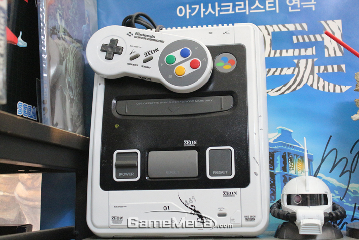 멋들어지게 디자인된 슈퍼 패미컴 (사진: 게임메카 촬영)