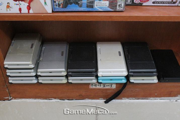 닌텐도 DS가 한켠에 가지런히 쌓여있다 (사진: 게임메카 촬영)