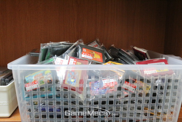 그와는 대조적으로 포장된채 쌓여있는 게임보이 어드밴스 카트리지 (사진: 게임메카 촬영)
