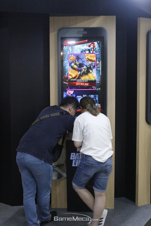 열렬히 게임을 즐기고 있는 한 쌍의 커플 (사진: 게임메카 촬영)