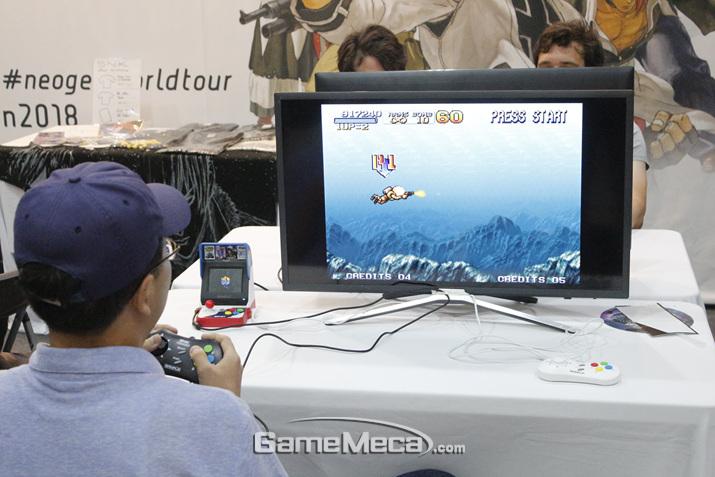 무려 '네오지오 미니'로 게임을 즐길 수도 있다 (사진: 게임메카 촬영)