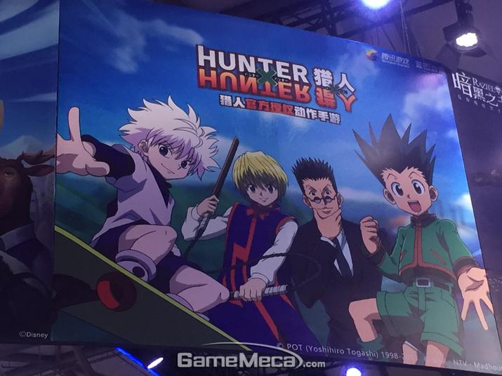 텐센트 부스 천장에 커다랗게 걸린 '헌터x헌터' 모바일게임 (사진: 게임메카 촬영)