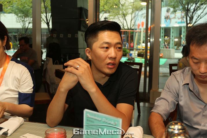 '블레스 모바일'은 처음부터 진영선택을 강요하지 않는다며 자신감을 보이는 천 치 PD (사진: 게임메카 촬영)