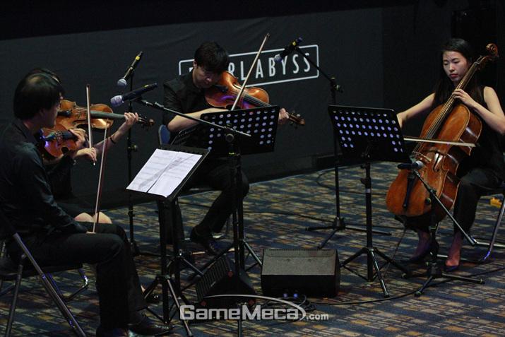 현악 4중주의 협연으로 '발레노스: 올비아 테마'를 직접 감상할 수 있었다 (사진: 게임메카 촬영)
