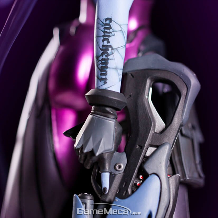팔의 문신과 함께 총을 쥔 모습. FPS에서 꾸준히 보이는 저격수의 정통성을 잇는 캐릭터이기 때문에 좋아하는 유저도 많다 (사진출처: 블리자드 기어 스토어 홈페이지)