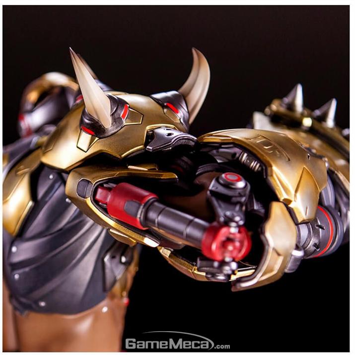 팔꿈치의 기계 부분까지 세밀하게 구현되어 있다 (사진출처: 블리자드 기어 스토어 홈페이지)
