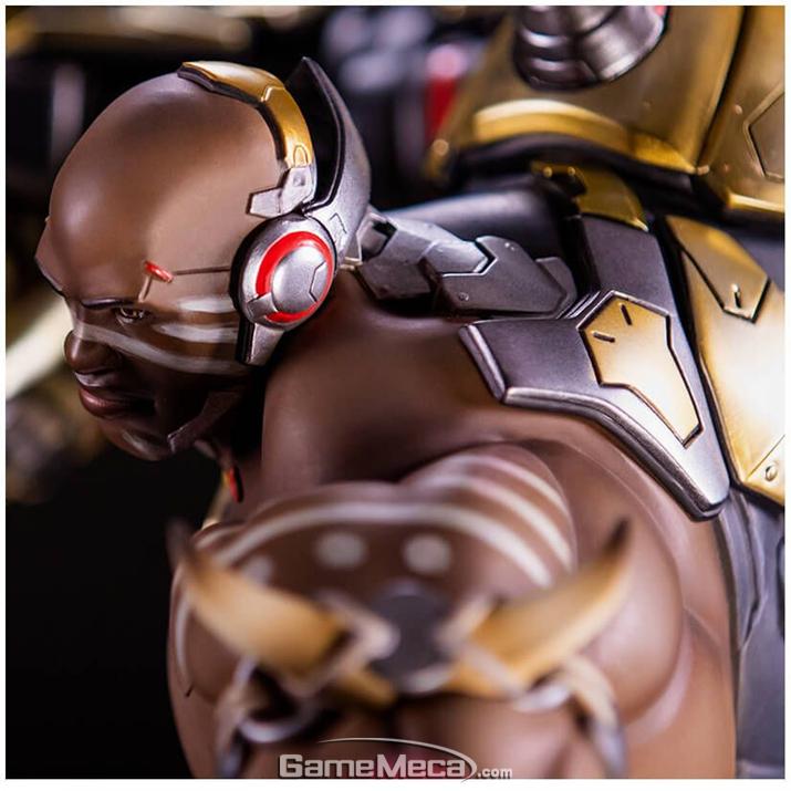 근육과 기계의 조합. 거대한 근육과 웅장한 건틀릿. 진정 남자의 피규어 아닐까 (사진출처: 블리자드 기어 스토어 홈페이지)