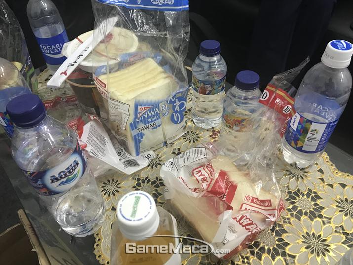 한국 대표팀이 점심으로 제공받은 식빵과 물 (사진제공: 한국e스포츠협회)