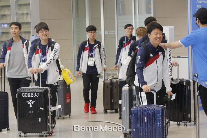 아시안게임 '리그 오브 레전드' 한국 대표팀이 31일 귀국했다 (사진: 게임메카 촬영)
