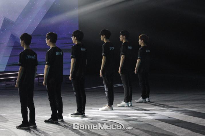 한 명씩 차례대로 소개되고 있는 선수들 (사진: 게임메카 촬영)