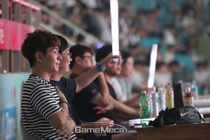 여느때 보다 뜨거웠던 팬들의 응원 (사진: 게임메카 촬영)
