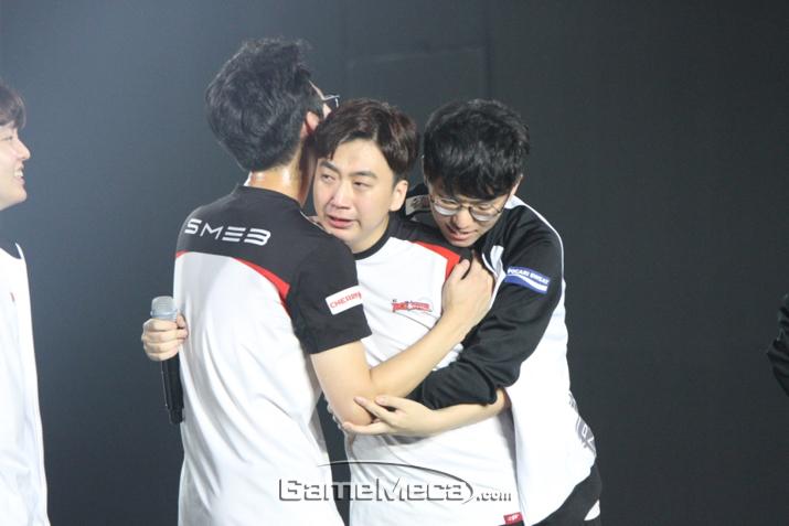 인터뷰 중 뜨거운 눈물을 흘리고 있는 '스코어' 고동빈 (사진: 게임메카 촬영)