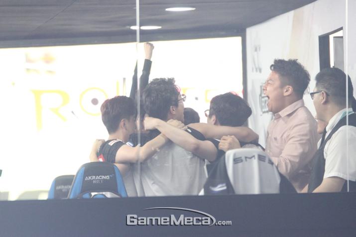 드디어 우승에 성공한 KT 롤스터 (사진: 게임메카 촬영)