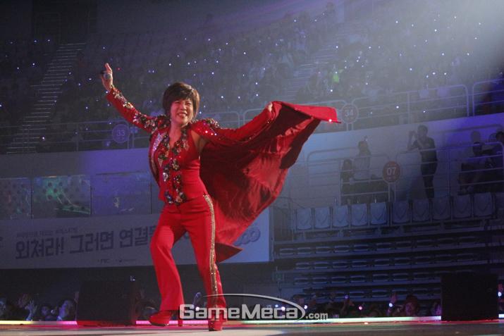 원조 한류 트로트 여왕 '김연자'의 열창 (사진: 게임메카 촬영)