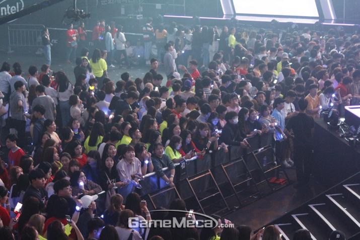 공연이 시작되자 관객석은 엄청난 환호성이 쏟아졌다 (사진: 게임메카 촬영)