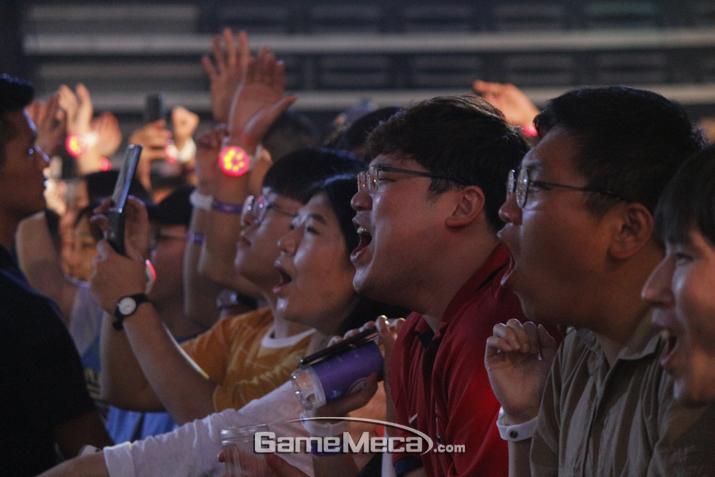 열심히 노래를 따라부르고 있는 관객 (사진: 게임메카 촬영)