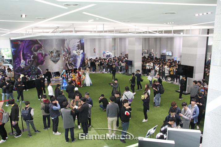 줄을 서서 이동하는 이벤트 구역 (사진: 게임메카 촬영)