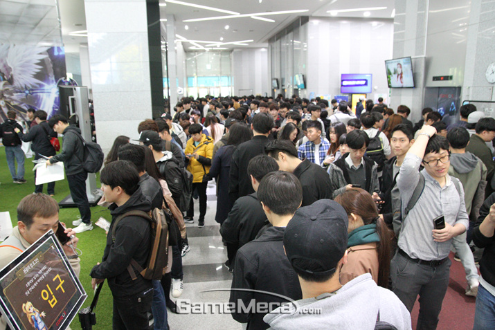 'SWC 2018' 현장을 찾은 수많은 '서머너즈 워' 팬들 (사진: 게임메카 촬영)