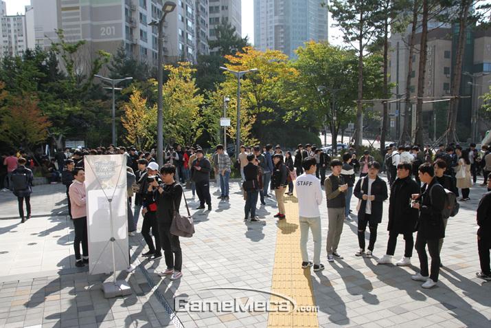 많은 소환사들이 입장을 기다리고 있다 (사진: 게임메카 촬영)