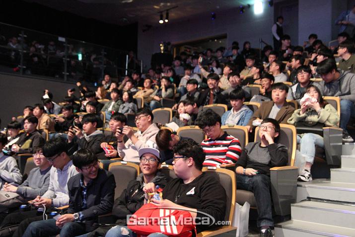 경기 시작 한 시간 전부터 객석을 가득 매운 소환사들 ▲ 많은 사람들이 즐겼던 AR 이벤트 (사진: 게임메카 촬영)