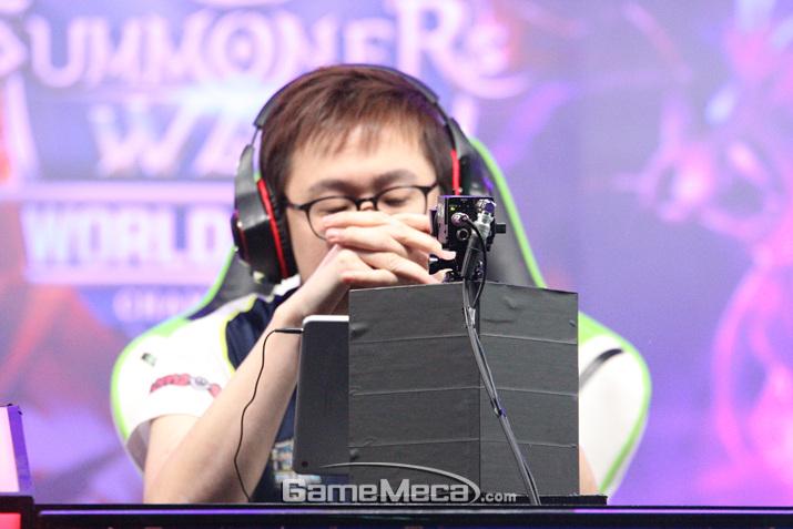 결승전에서 경기가 생각처럼 안 풀리자 고뇌하는 홍콩의 라마 (사진: 게임메카 촬영)