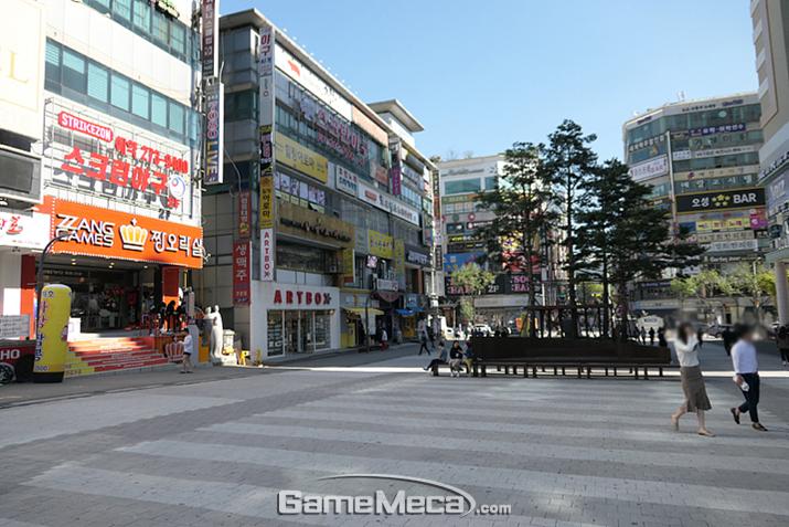 이 넓은 광장에 게임센터가?