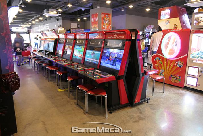 방송 영향 등으로 집에서도 스틱형 게임기를 많이 갖춰놓으며 고전게임 매출이 줄었다 (사진: 게임메카 촬영)