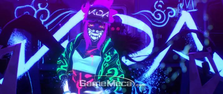 K/DA에서 가장 많은 인기를 누리고 있는 래퍼 아칼리와 귀면 마스크 (사진출처: 공식 뮤직비디오 갈무리)