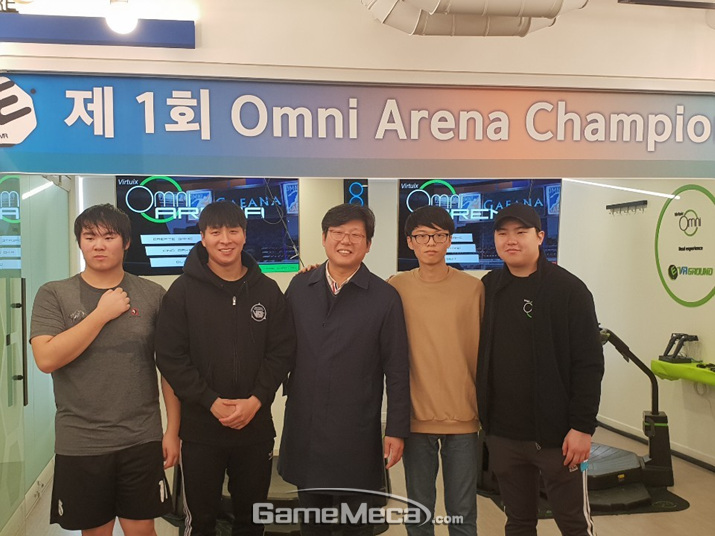 4강전에서 역전의 드라마들을 써 내려간 네 명의 선수들과 박지호 대표 (사진: 게임메카 촬영)