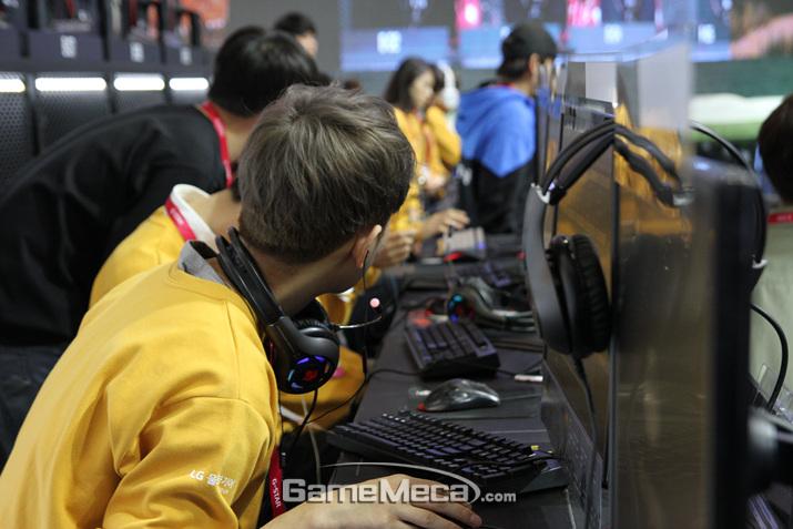 팀원들과 작전을 구상하고 있는 모습부터 (사진: 게임메카 촬영)