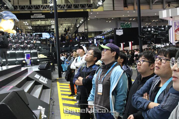 다음 대기열에서 기다리며 게임을 구경하고 있는 관객들 (사진: 게임메카 촬영)