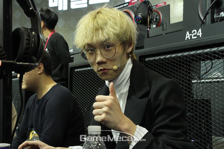 BJ 맛종욱이 포즈를 취하고 있다 (사진: 게임메카 촬영)